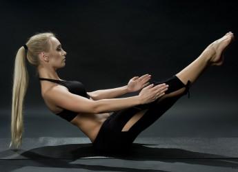 Перед тем как начинать упражнения для пресса и боков, вам нужно хорошенько разогреть мышцы живота и подготовить их к нагрузке.