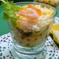 Не менее вкусным салат с креветками и красной икрой будет, если все ингредиенты выложить слоями.