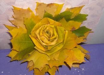 Вот такой цветок из листьев вы запросто можете сделать сами вместе со своим ребенком.