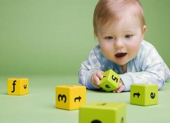 Игры для занятий с шестимесячным малышом характеризуются большим разнообразием. При их проведении в качестве вспомогательного материала можно использовать игрушки, предметы домашнего обихода, бумагу, краски и многое другое.
