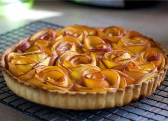 Яблочная шарлотка – это универсальный простой и очень вкусный десерт к чаю и кофе.