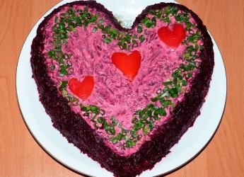Чтобы салат действительно полностью передал все богатство вкуса, он должен быть достаточно питательным. Для этого в него кладут только жирную рыбу и майонез.