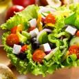 Можно немного изменить вкус традиционного греческого салата, добавив к нему болгарский перец, нарезанный кольцами, или отварную куриную грудку (этот вариант подойдет, скорее, мужчинам).