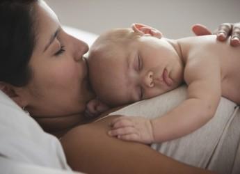 Если ваш малыш кряхтит во сне, крутится, то скорее всего, он испытывает какой-то дискомфорт