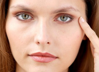 Первые морщины появляются обычно вокруг глаз и под ними, на лбу, переносице.
