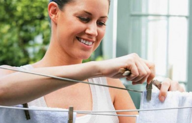 Прежде чем наносить средство на все пятно, испробуйте его на небольшом кусочке ткани и определите уровень ее прочности.