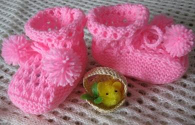 Поскольку вязание пинеток – процесс довольно быстрый, можно создавать разные стилизованные варианты под каждый комплект одежды для маленького модника или модницы.