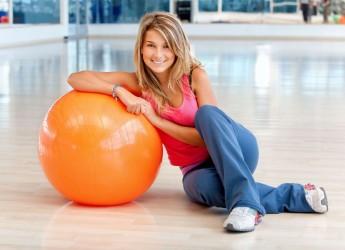 Для тренировки вам понадобится коврик, стена и фитнес мяч.