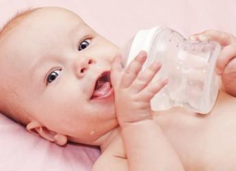 Мнение врачей однозначно. На грудном вскармливании новорожденному здоровому ребенку вода не нужна.