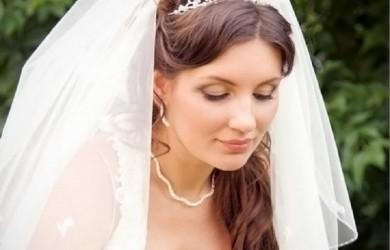Свадебные прически с фатой и диадемой могут быть на любые волосы, длинные, средние, короткие, здесь нет никаких ограничений, разве что фантазия мастера.