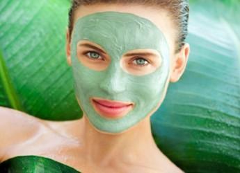 Наиболее популярной для масок лица является белая глина, но зеленая богата на магний, медь, кальций, марганец и другие полезные минералы.