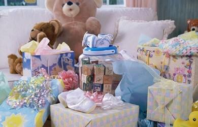 Подарки для новорожденного мальчика и его новоиспеченной маме должны быть практичными и соответствовать случаю.