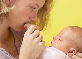 Если у новорожденного гноиться глазик, нужно поспособствовать скорейшему выведению гноя.