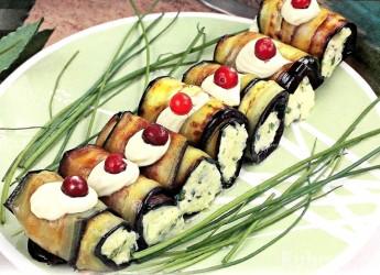 Не знаете как приготовить баклажаны? Попробуйте фирменные сырные рулетики по нашему рецепту.