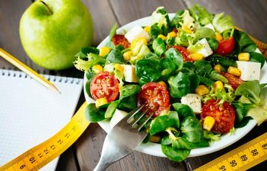 Чтобы повысить эффективность диеты, важно минимизировать употребление соли, задерживающей вывод из организма избыточного количества жидкости.