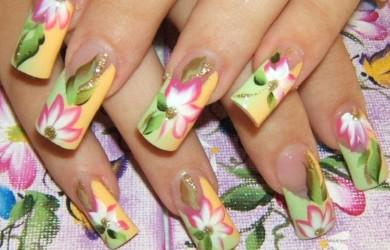 Узоры и рисунки на ногтях могут выполняться как лаками, так и красками.