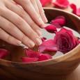 Тепловая процедура парафинотерапии несет множество полезных функций для кожи рук.