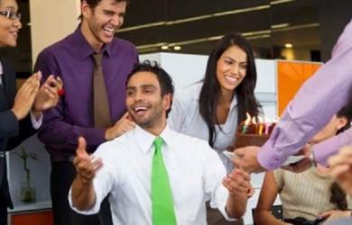 Поздравлять руководителя самостоятельно или коллективно – зависит от атмосферы, которая сложилась в вашем офисе.