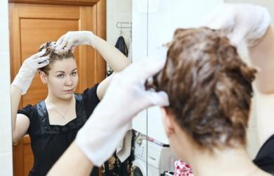 Пятен от краски для волос можно избежать, если нанести на «опасные» участки толстый слой защитного крема.