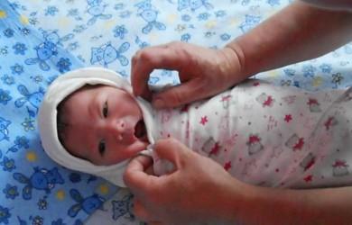 Завернутый в пеленку малыш должен чувствовать себя комфортно.